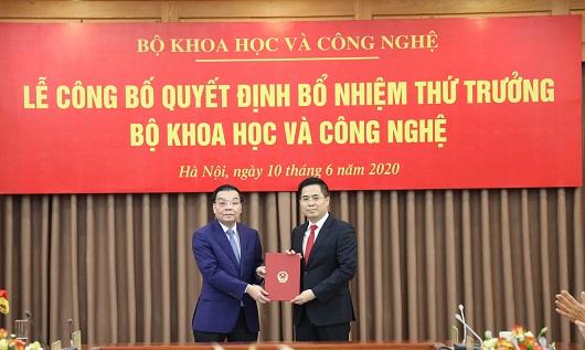 Bộ trưởng Chu Ngọc Anh thừa ủy quyền của Thủ tướng Chính phủ trao Quyết định điều động và bổ nhiệm cho tân Thứ trưởng Nguyễn Hoàng Giang.