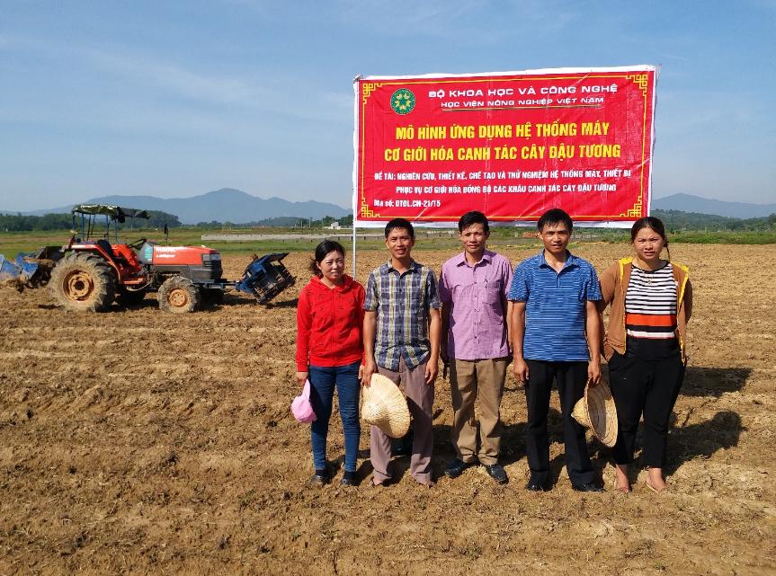 TS Nguyễn Xuân Thiết (áo xanh) cùng bà con tại hoạt động đưa mô hình ứng dụng máy cơ giới hóa canh tác cây đậu tương tại Sơn Đông, Sơn Tây