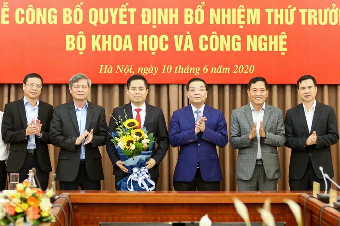 Bộ trưởng Bộ KH&CN Chu Ngọc Anh, lãnh đạo Bộ KH&CN tặng hoa chúc mừng.