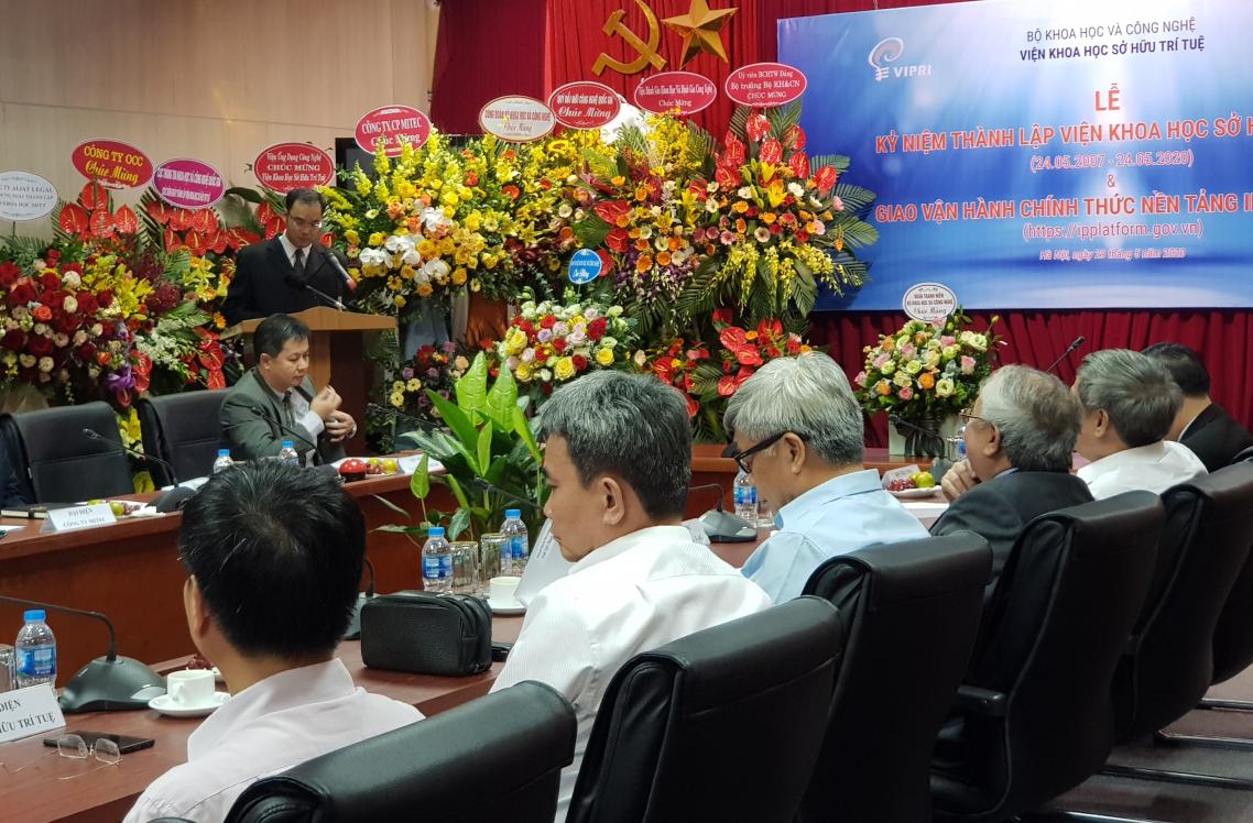 Phó Viện trưởng Nguyễn Hữu Cẩn báo cáo về việc xây dựng, vận hành thử nghiệm và hướng phát triển Nền tảng IPPlatform.