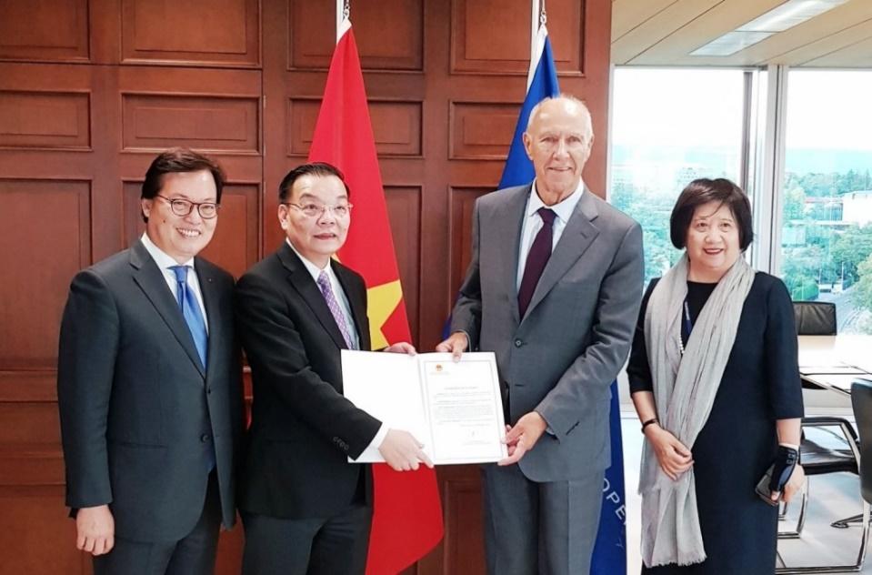 Bộ trưởng Chu Ngọc Anh trao văn kiện gia nhập Thỏa ước La Hay cho Tổng giám đốc WIPO Francis Gurry
