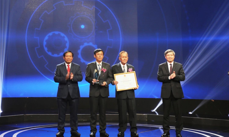 Thứ trưởng Bộ KH&CN Phạm Công Tạc trao giải nhất cho tác giả Trần Kim Quy tại Lễ trao giải Cuộc thi Sáng chế năm 2018