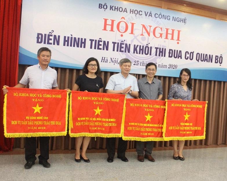 Thứ trưởng Bộ KH&CN Phạm Công Tạc trao Cờ thi đua của Bộ năm 2019 cho 04 tập thể xuất sắc.
