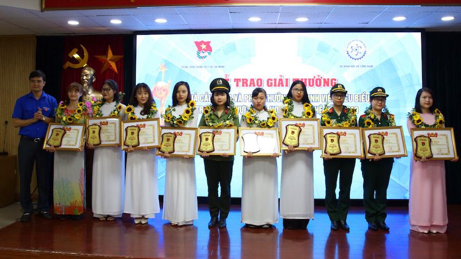 Các nữ sinh viên tiêu biểu trong lĩnh vực khoa học công nghệ năm 2019 nhận khen thưởng.